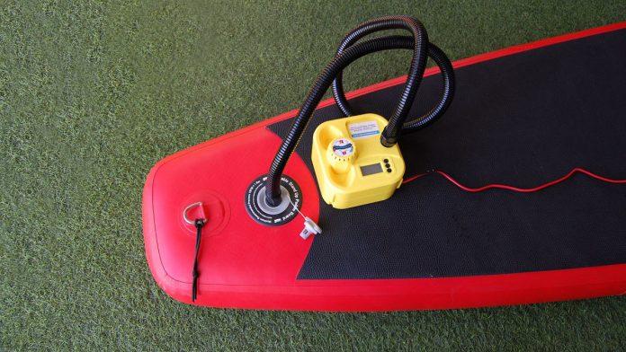 Inflador eléctrico en tabla SUP