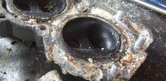 Motor fueraborda con corrosión